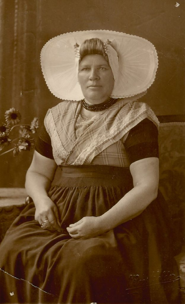 Wilhelmina Cornelia Siereveld in prachtig Zeeuws kostuum